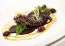 Grilovaná chobotnice marinovaná v zázvoru, medu a chilli podávaná na lůžku z červené řepy s redukcí z pomerančového freshe