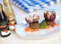 Řecké biftečky z mletého masa, s cibulovými květy s bílým a černým balzamikovým krémem Kalamáta