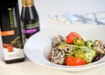 Řecký salát s balzamikovým octem a krémem Kalamáta  (elliniki salata me balsamiko ke feta marinarismeni se balsamiko)