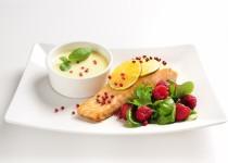 Losos s bílou čokoládou, růžovým pepřem a salátem s malinami
